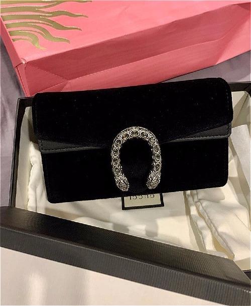 Diệp Lâm Anh vừa sinh con được 10 ngày đã trốn cữ đi mừng sinh nhật cô em gái thân thiết. Người đẹp còn chuẩn bị chu đáo món quà là chiếc túi Gucci Dyonysus có giá khoảng 20 triệu đồng.