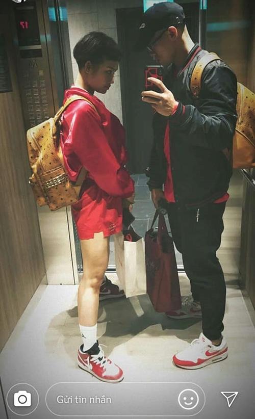 Thông tin về bạn trai tin đồn của Miu Lê được fan râm ran thời gian gần đây. Một số khoảnh khắc như đeo balo đôi, diện đồ xuyệt tông và cùng tạo dáng tương tự nhau được fan lấy làm bằng chứng để nói về quan hệ.