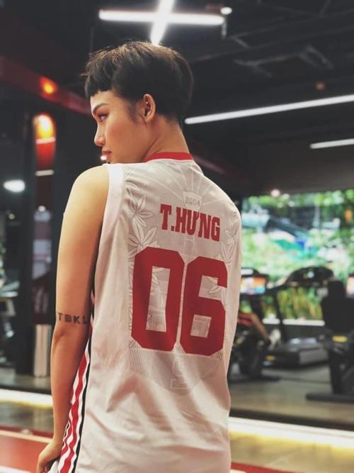 Không chỉ diện đồ đôi, Miu Lê còn mặc áo in tên bạn trai tin đồn - 2