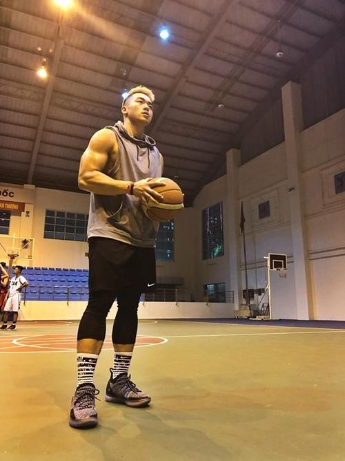 Tiến Hưng sở hữu ngoại hình điển trai, nam tính. Anh chàng còn có niềm đam mê với bóng rổ khi tham gia thi đấu cho một đội tuyển bóng rổ.