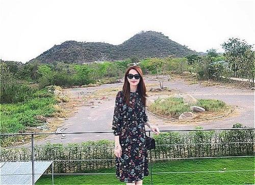 Làm dâu nhà giàu nhưng Đặng Thu Thảo ăn mặc rất đơn giản. Bộ váy Zara họa tiết hoa nhí cô mặc chỉcó giá khoảng 1,6 triệu đồng nhưng vẫn tôn lên được vẻ nền nã, lịch thiệp của Hoa hậu Việt Nam 2012.