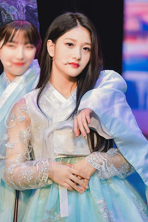 Fromis_9 đã có một năm thành công và hoạt động liên tục. Seo Yeon không thể đến trường thường xuyên nên quyết định dồn sức cho các hoạt động của nhóm trước.