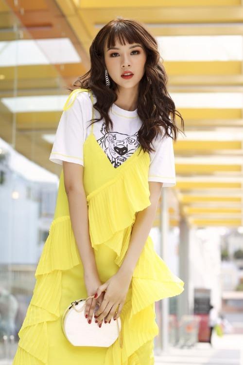 Phí Phương Anh diện trang phục hàng hiệu bình dân với váy hai dây xếp tầng của Kenzo có giá gần 10 triệu đồng mix cùng áo phông cùng thương hiệu có giá hơn 2 triệu đồng. Bộ đồ hợp với phong cách cá tính, bụi phủi của Quán quân The Face.