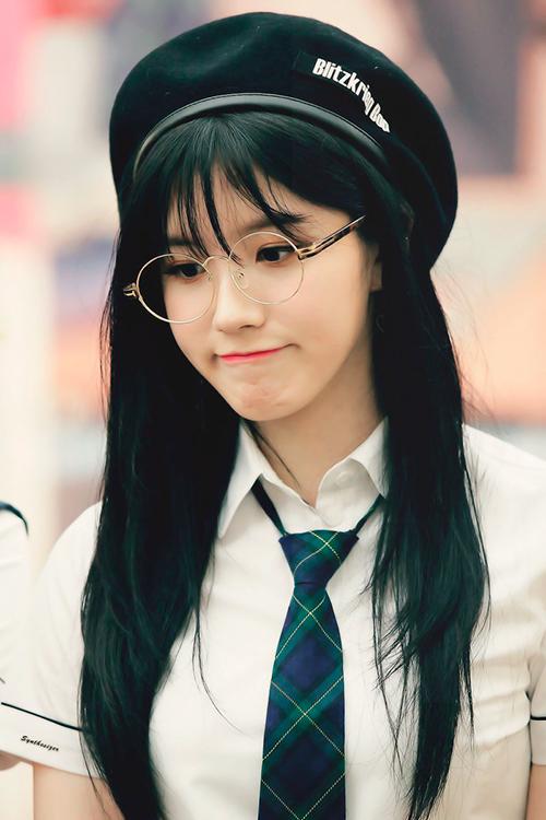 Xi Yeon cũng xác nhận không tham gia thi đại học năm nay. Công ty nói nữ ca sĩ đang luyện tập cùng Pristin nhưng đã rất lâu rồi nhóm không được comeback. Điều này khiến các fan lo lắng và bức xúc trước cách quản lý của Pledis.