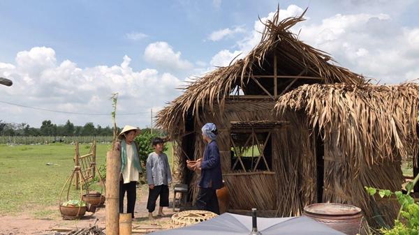 Bối cảnh làng quê được dựng lên cho phim.