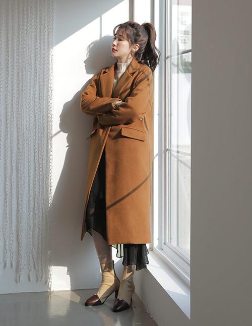 Có sự khác biệt lớn giữa những chiếc áo khoác dạ rẻ tiền và đắt tiền. Áo khoác dạ đẳng cấp sẽ có phom dáng cứng cáp, đường may cẩn thận, khi mặc lên khó bị xộc xệch, xù lông... Đầu tư những chiếc áo khoác dạ đẹp bạn sẽ không phải tiếc nuối vì nó có thể mặc được nhiều năm không lỗi mốt.