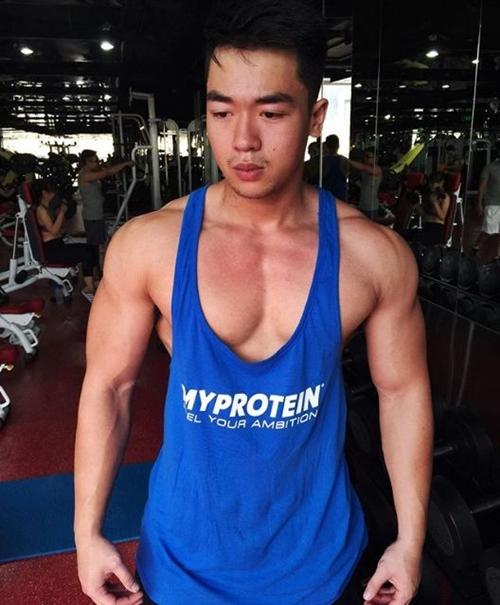 Nhờ tập gym nên Đào Tiến Hưng có body 6 múi, cơ bắp cuồn cuộn.