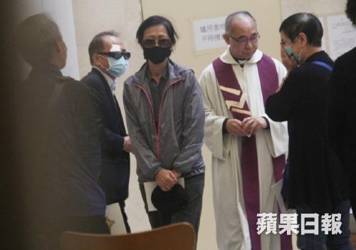 Người thân Lam Khiết Anh liên tục che mặt khóc khi tiễn đưa Lam Khiết Anh về với đất trời.