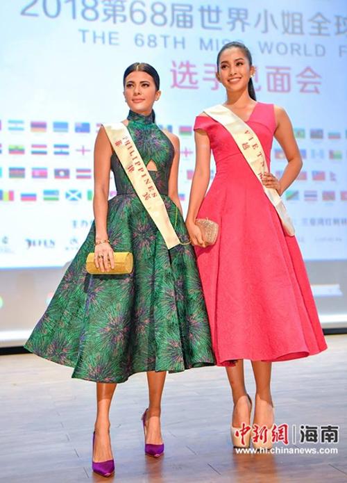 Ở hình ảnh khác được báo chí Trung Quốc ghi lại và đăng tải, hình ảnh của Tiểu Vy cùng người đẹp Philippines trông long lanh, đẳng cấp hơn hẳn.