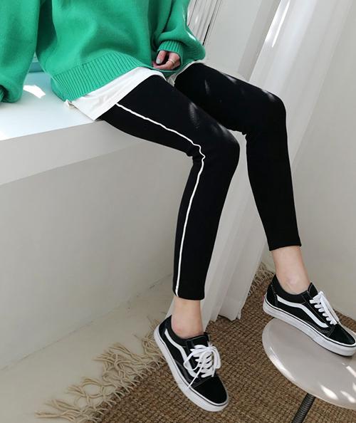 Chỉ với khoảng 200k, bạn đã có thể sắm một chiếc quần legging thoải mái từ các thương hiệu bình dân. Món đồ này hầu như chỉ thích hợp cho việc mặc đi chơi, mặc ở nhà, không thích hợp để đi làm, đi tiệc nên chẳng cần sắm quá đắt.