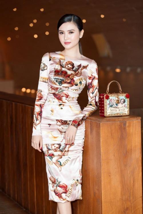 Xuất hiện trong sự kiện gần đây, Nữ hoàng Sắc đẹp Toàn cầu - Ngọc Duyên - diện bộ trang phục ôm sát, chất liệu vải bóng sang trọng của nhà mốt Dolce & Gabbana. Phụ kiện đi kèm là chiếc túi cùng thương hiệu.