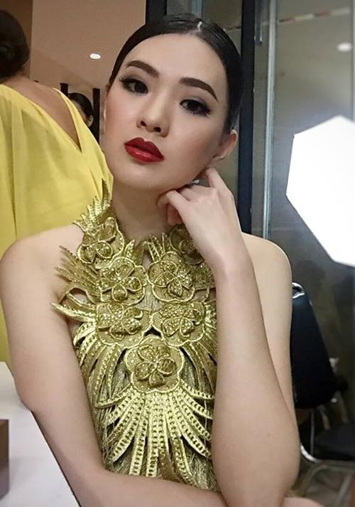 Tuy nhiên khi được make up, chọn style sắc sảo, Sirin Triwutpipatkul như biến thành người khác.