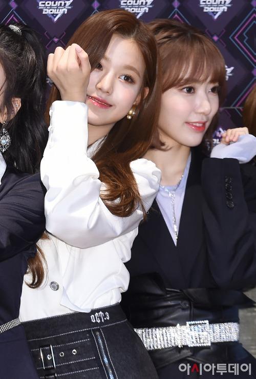 Như thường lệ, hai thành viên đứng ở vị trí trung tâm là Jang Won Young vàMiyawaki Sakura là những gương mặt thu hút ống kính máy ảnh nhất.