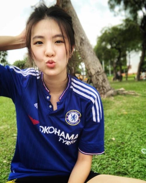 Nữ bác sĩ dành tình yêu đặc biệt cho môn bóng đá, đặc biệt là fan Barca của Tây Ban Nha. Cô đặc biệt yêu thích cầu thủ Messi, đến độ từng nghĩ đang yêu đơn phương cầu thủ này.  Đó cũng là động lực để cô chọn nghề bác sĩ để gắn bó với thể thao.