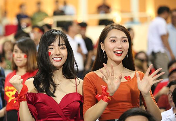Cùng với Ngọc Nữ ra sân cổ vũ tuyển Việt Nam còn có fan nữ gây sốt kỳ Asiad Phan Thủy Tiên (trái).