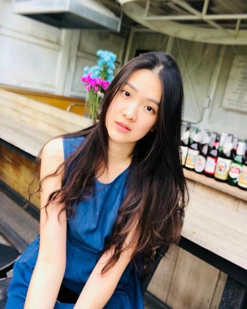 Sirin Triwutpipatkul đang sống ở Bangkok. Cô có bằng cử nhân y khoa ở đại học Chiang Mai, từng du học theo chương trình trao đổi sinh viên tại đại học Minnesota (Mỹ).