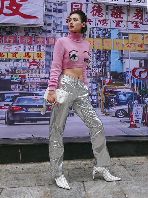 Lối mix croptop cùng quần ống thụng cạp cao được rất nhiều fashionista Việt yêu thích năm nay. Đây là combo yêu thích của Khánh Linh The Face khi xuống phố mùa đông.