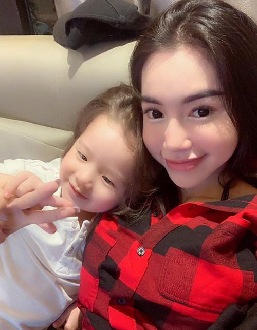 Elly Trần và con trai ngày càng giống hai chị em.