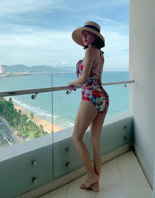 Văn Mai Hương khoe dáng săn chắc, gợi cảm với đồ tắm.