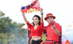 Fan nữ ùn ùn đến sân Mỹ Đình tiếp lửa cho tuyển Việt Nam