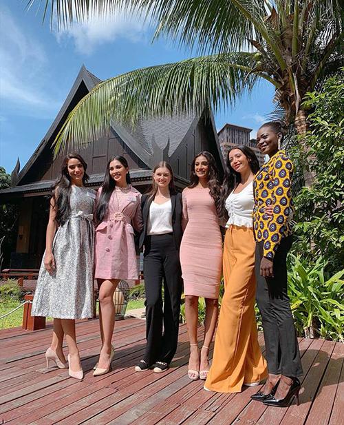 Hoa hậu Tiểu Vy tiếp tục diện đồ hồng trong một hoạt động mới của Miss World 2018.