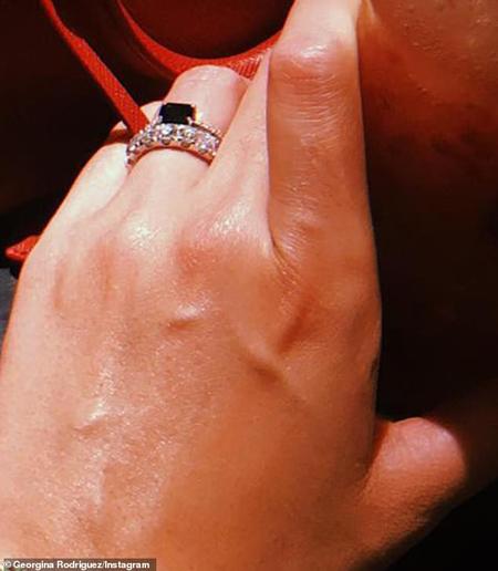 Georgina khoe nhẫn kim cương trên trang cá nhân.