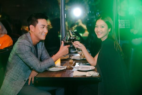 Trong không gian lãng mạn của một nhà hàng ẩm thực, bộ đôi như có buổi hẹn hò lãng mạn. Song Luân không ngớt trao ánh nhìn tình cảm với Khả Ngân.