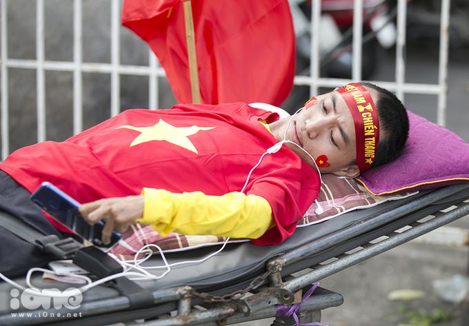 <p> Anh Kỳ phải nằm một chỗ từ gần 20 năm nay, nhưng anh chưa bỏ lỡ trận đấu nào trên sân Vinh. Đây là lần đầu tiên anh ra Hà Nội xem tuyển Việt Nam thi đấu.</p>