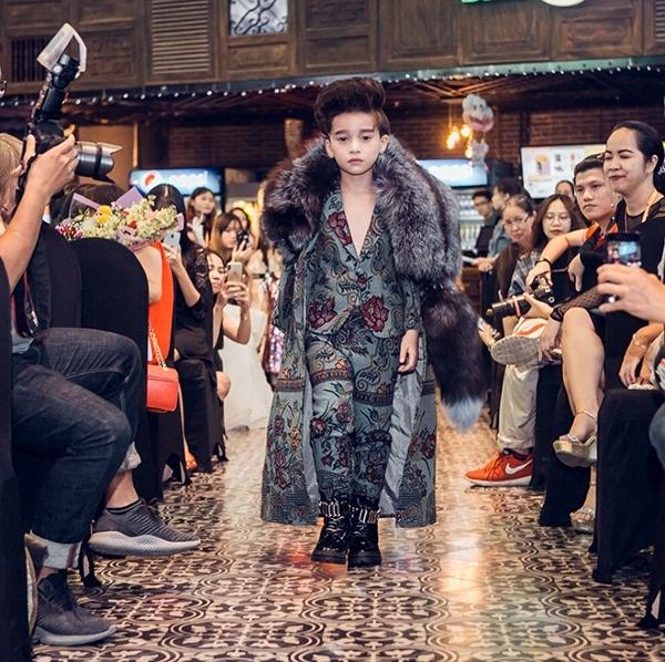 Mẫu nhí Cao Hữu Nhật khoe trình catwalk điêu luyện không thua người mẫu lớn.