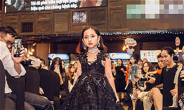 Sau phần giao lưu với 3 mẫu nhí đạt thành tích cao, một số gương mặt mẫu nhí khác,chinh chiến các đấu trường sắc đẹp dành cho trẻ em vào năm 2019 trình diễn thời trang.