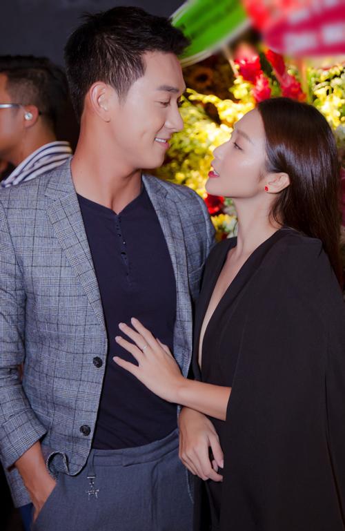 Đại úy Song Luân không ngại vuốt tóc bạn gái Khả Khân. Đáp lại, nữ diễn viên cũng mạnh dạn đặt tay lên ngực, trao ánh nhìn say đắm với Song Luân.
