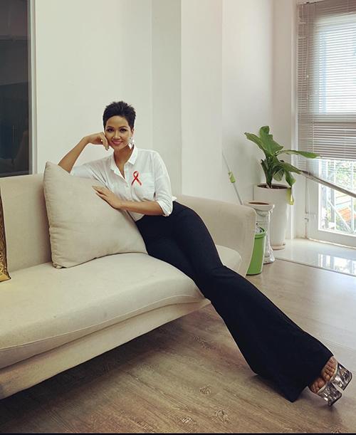 Bức ảnh mới của HHen Niê khiến fan đua nhau trầm trồ về độ dài của đôi chân. Cặp giò dài miên man, gấp ba lần thân trên khiến Hoa hậu Hoàn vũ Việt Nam bị nhiều người nghi ngờ là photoshop, chỉnh sửa ảnhquá đà.