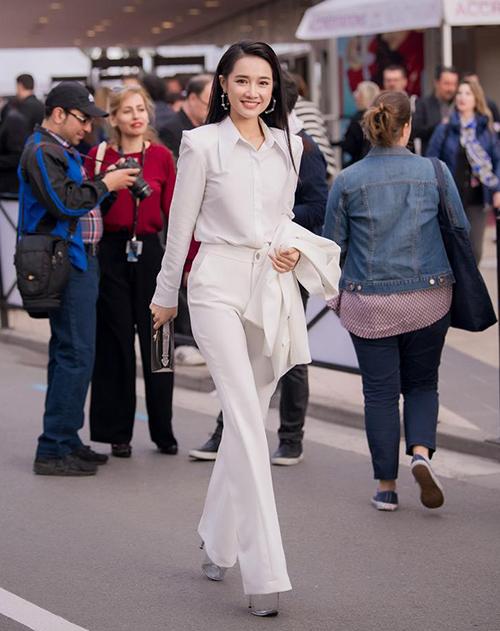 Trước HHen Niê, Nhã Phương cũng từng áp dụng công thức này khi tham dự LHP Cannes. Với vóc dáng có phần nhỏ bé, người đẹp chịu khó diện quần ống loe kết hợp sandals đế trong cao 17 cm để thân hình trông cao ráo như người mẫu.