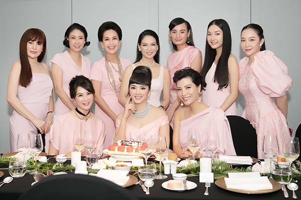 Trong tiệc mừng sinh nhật của Hoa hậu Giáng My mới đây, cả nhóm rủ nhau tông xuyệt tông đồ màu hồng pastel, tạo nên bữa tiệc đầy ngọt ngào và cổ điển kiểu hoàng gia, chứng minh đẳng cấp của hội chị em người đẹp đình đám bậc nhất Vbiz.