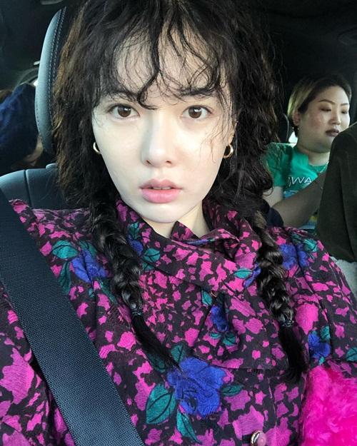 Hyun Ah tết tóc đuôi sam đáng yêu, trông trẻ trung hơn khi makeup nhẹ nhàng.