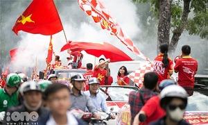 Cổ động viên khuấy đảo đường phố trước trận Việt Nam - Malaysia
