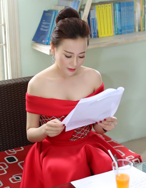 rước khi ngồi ghế nóng chương trình, Phương Oanh dành thời gian trò chuyện với ban giám hiệu của nhà trường, đồng thời tìm hiểu cách thức chấm thi cũng như các thí sinh tham gia sân chơi.