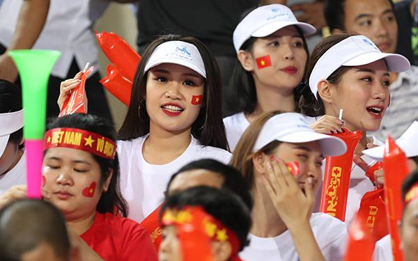 Info những fan nữ hút ống kính trên khán đài trận Việt Nam - Malaysia - 9