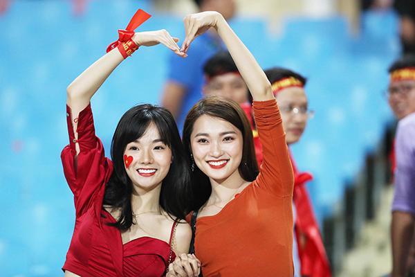2 hotgirl Thủy Tiên và Ngọc Nữcũng tham gia cổ vũ cho đội tuyển Việt Nam.