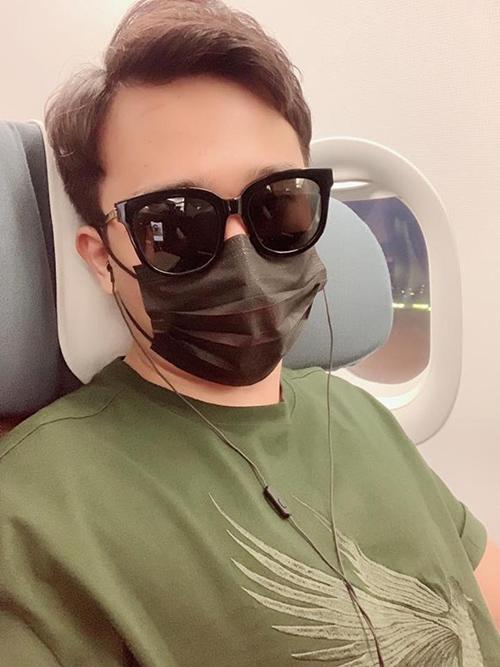 Trấn Thành vừa đeo kính râm, vừa bịt kín mặt vì phải lên máy bay lúc nào buồn ngủ díp mắt.