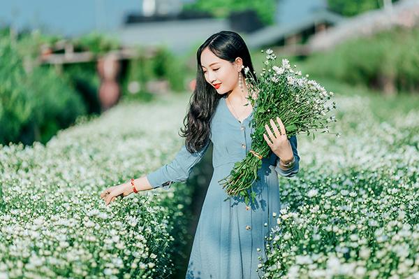 Thuận chia sẻ, vì vừa đi chụp ảnh với cúc hoa mi về chưa kịp tẩy trang mặt cô có lớp make up hơi đậm, chứ không phải cố tình trang điểm để được máy quay chú ý như mọi người nghĩ.