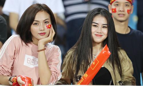 Info những fan nữ hút ống kính trên khán đài trận Việt Nam - Malaysia