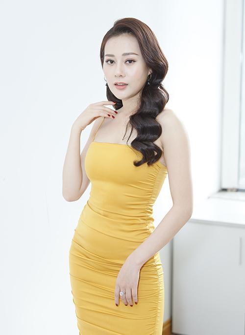 Chiều 17/11, dàn diễn viên Quỳnh búp bê cùng tham gia buổi giao lưu trực tuyến. Phương Oanh xuất hiện tại địa điểm với chiếc váy hai dây vàng tươi bó sát, khoe làn da trắng và thân hình gợi cảm.