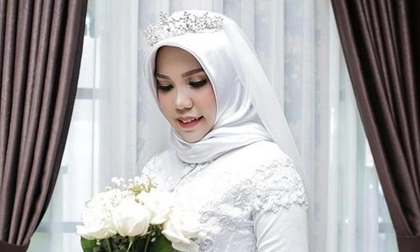 Intan Syari mặc váy cưới màu trắng trong đám cưới hôm 11/11.