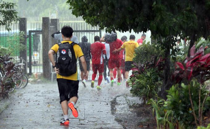 <p> Tuy nhiên do thời tiết xấu, trời bổng đổ cơn mưa nặng hạt trong khi các cầu thủ đang mải mê luyện tập. Cơn mưa bất ngờ khiến cả đội phải hoãn buổi buổi tập để trú mưa.</p>