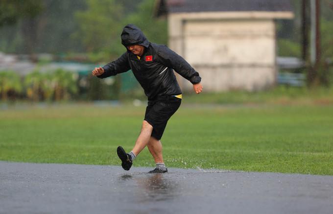 <p> Khoảnh khắc HLV Park Hang-seo lội mưa với điệu bộ và biểu cảm hết sức hài hước.</p>