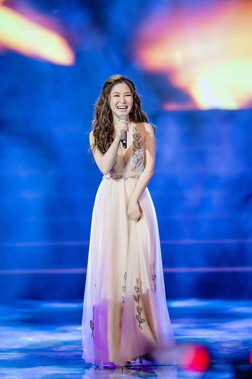 Hương Tràm như công chúa trên sân khấu một show diễn.