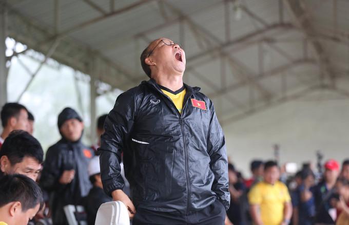 <p> Trong khi tập luyện, HLV Park luôn giữ vẻ mặt nghiêm nghị, nhưng những lúc rảnh rỗi, ông lại thoải mái thể hiện những hành động hết sức đáng yêu.</p>