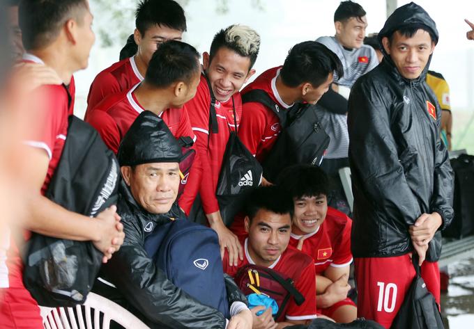 <p> Trong khi đợi mưa tạnh, các cầu thủ của tuyển Việt Nam lại quây vào một góc, co ro ôm nhau vì thời tiết lạnh và mưa.</p>