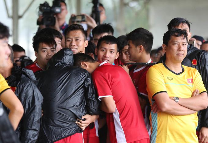 <p> Thời tiết xấu cũng không làm ảnh hưởng quá nhiều tới tâm trạng của các cầu thủ. Họ vẫn cười đùa, nói chuyện thân mật bên nhau.</p>
